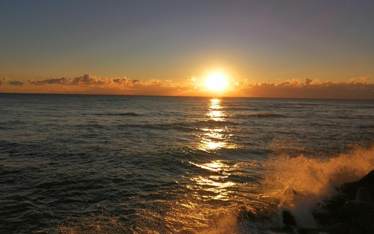 外房・いすみ市岩船海岸の太平洋に昇る初日の出