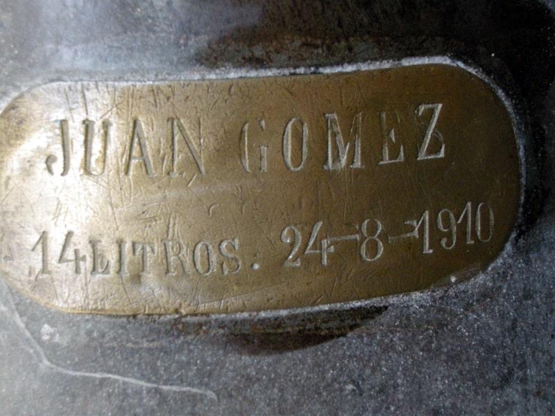 1910年8月24日に詰めたシェリー樽の銘板