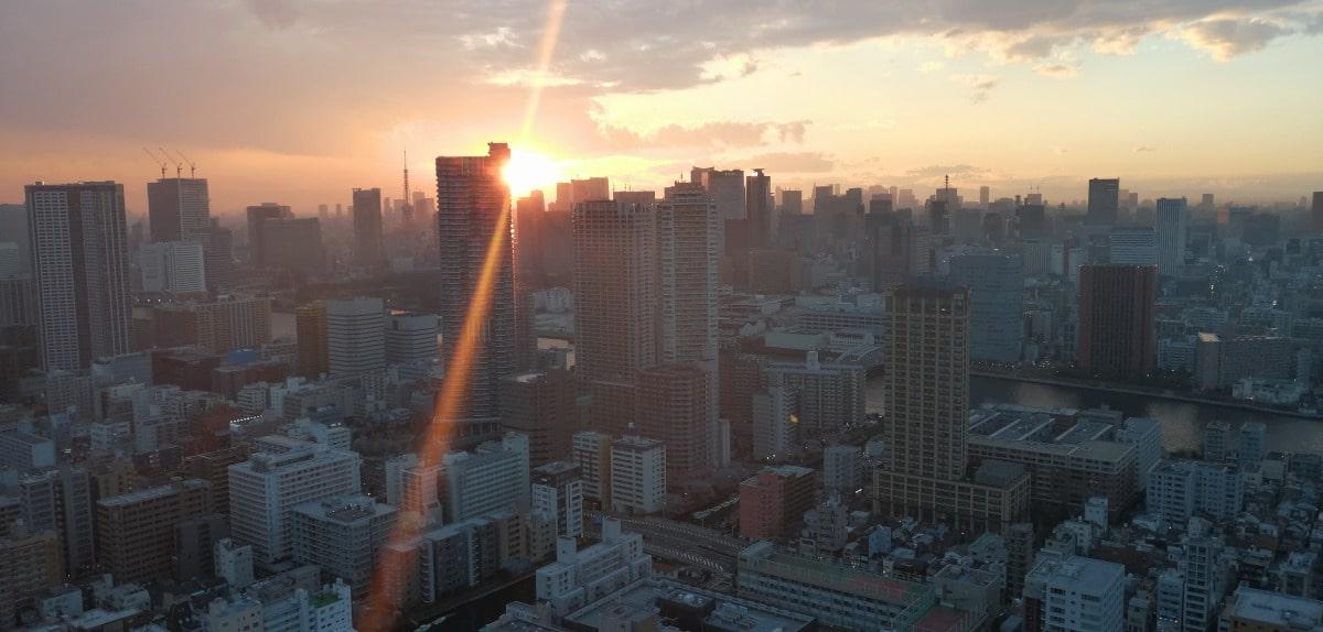 コロナ禍の東京のビル群に沈む夕日